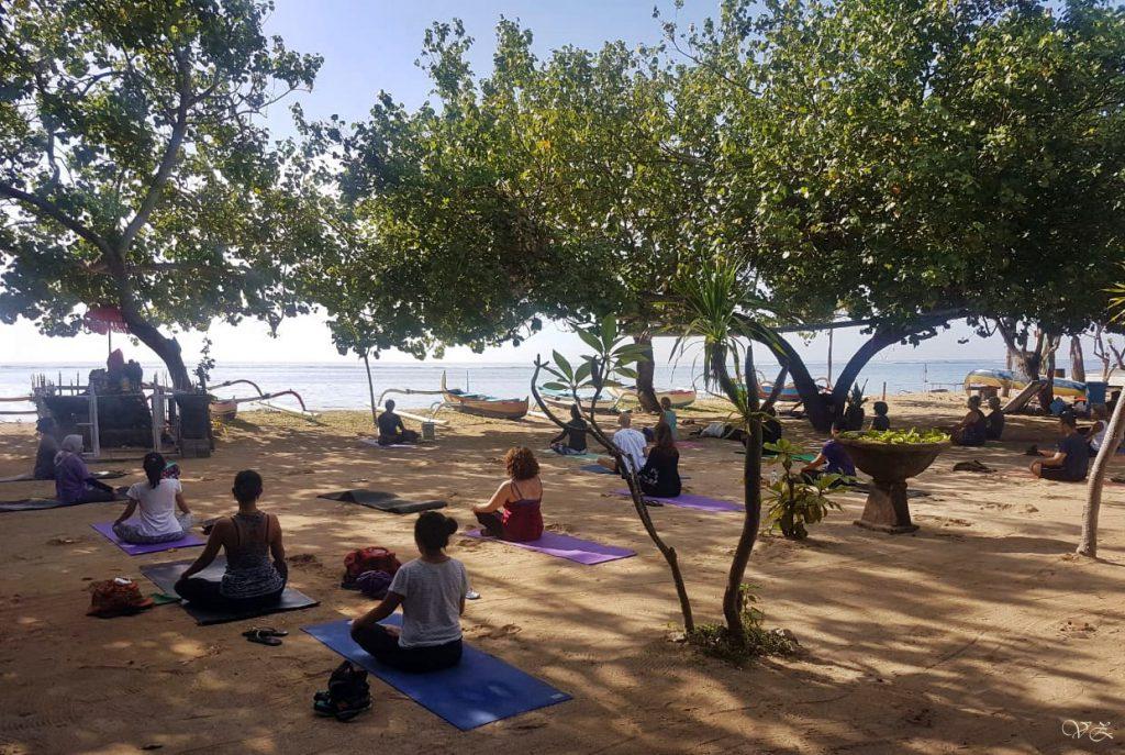 yoga pantai karang